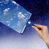 Janela com céu azul e nuvens brancas