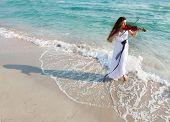 Junge attraktive Frau Geigenspiel am Strand