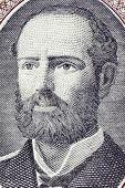 CHILE - CIRCA 1962: Arturo Prat (1848-1879) na nota de 1 Escudo de 1962, do Chile. Offic da Marinha chilena