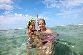 Retrato de casal feliz fazendo snorkeling