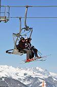 Esquiadores subindo com um teleférico, Alpes austríacos