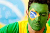 Mann Portrait mit Flagge aus Brasilien auf sein Gesicht gemalt