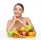 Bild der schönen Frau mit Obst und Gemüse