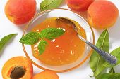 ripe apricots and bowl of apricot jam