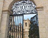 La puerta de la iglesia de Maltés