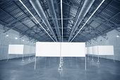 Marcos en hangar