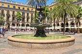 BARCELONA, Espanha - 16 de agosto: Plaza Real em 16 de agosto de 2011, em Barcelona, Espanha. Na Praça, com