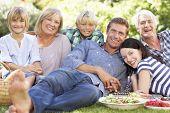 Постер, плакат: Семья с пикник в парке