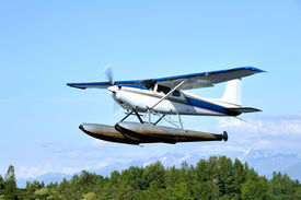 pic of float-plane  - A float plane departs from Lake Hood in Anchorage Alaska - JPG