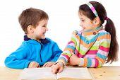 Dos niños leer el libro