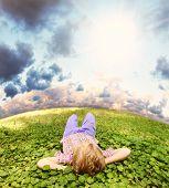 Deitado na grama verde despreocupado menino