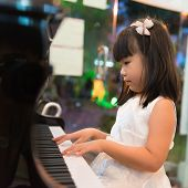 Little Asian Girl tocando Piano