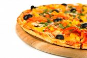 Saborosa pizza com legumes, frango e azeitonas isoladas no branco