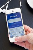 Loging in Facebook app on Iphone5s with help of finger print.