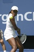 Afroamerikanerfrau Tennisspielen