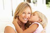 Постер, плакат: Дочь давая мать Kiss расслабляющий на диване