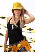 weibliche Bauarbeiter. Schwarze und gelbe Konzept.