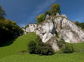 Medieval castles built on inaccessible rocks are called eagles sockets