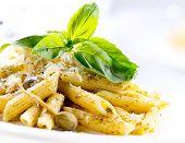 Pasta. Penne Pasta con salsa de Pesto. Cocina italiana