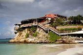 O bonito hotel Eden Rock e arco-íris em St Barth, Antilhas Francesas.