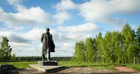 foto of lenin  - a monument to Vladimir Lenin in the village of Gorki - JPG