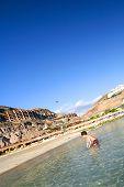Junge am Strand von Amadores Gran Canaria