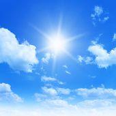 Sonne im blauen Himmel.