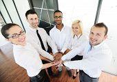 Geschäftskollegen mit ihren Händen zusammen gestapelt