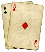 Época antigua sucia Aces tarjetas, aisladas en blanco.