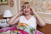 Alte leiden mit Fieber im Schlafzimmer