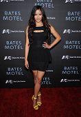 LOS ANGELES - 12 de MAR: Emmalyn Estrada chega para a rede de A&E Premiere de