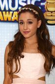 LOS ANGELES - 27 de APR: Ariana Grande llega a la Radio Disney Music Awards 2013 en el Nokia Thea