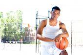 Постер, плакат: Красивый баскетболист