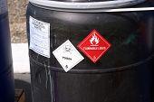 Schwarzer Kunststoff-Fass mit gefährlichen Abfällen