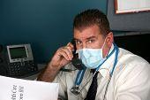 Health Care Reform Bill, die ein Arzt wartet auf halten ewig versucht, Antworten auf seine Fragen zu erhalten