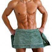 Nasse muskulösen Oberkörper gewickelt das Handtuch, isolated on white