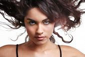 beautiful brunette Girl mit schwarzen locken auf Wind.