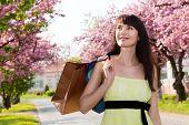 Retrato de uma menina feliz em um vestido amarelo, descendo a Avenida