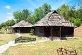 Casas serbio de madera con techo de madera y piedra base. Velika Plana. Serbia. Oriental Eur