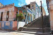 Staps de Padre Pico largos con derrumbando edificios en Santiago de Cuba, Cuba