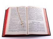 Gold Cross auf alte deutsche Bibel