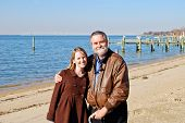 Vader en dochter op een strand