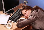bela mulher dormindo no trabalho