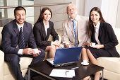 Постер, плакат: Бизнес совещание группы портрет четыре деловых людей работающих вместе