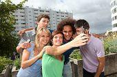 Grupo de amigos tomando foto con el teléfono móvil