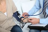Doctor mide la presión arterial