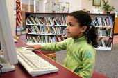 Kind auf dem Computer