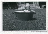 altes Photo (1955) Baby ein Bad zu nehmen, in a washtub