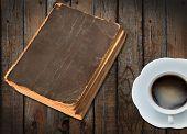 viejo libro y una taza de café caliente