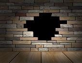 buraco na parede de tijolo